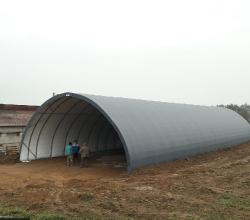 Pendant la période creuse, petits travaux à la ferme avec l'installation d'un tunnel